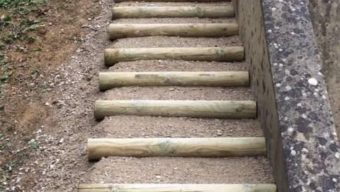 vue de face d'un escalier en bois et remplissage grave