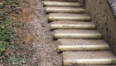 vue de 3/4 d'un escalier en demi rondin et remplissage en grave